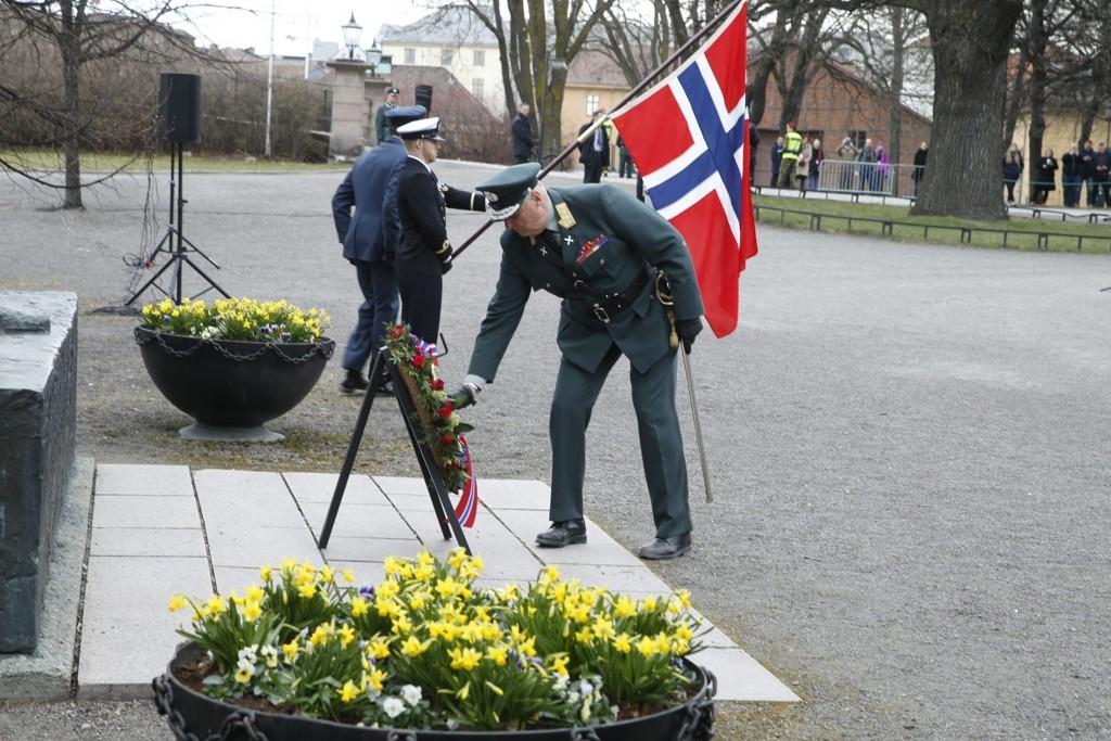 LA NED KRANS: Kong Harald la ned en krans ved Nasjonalmonumentet ved Akershus festning i forbindelse med 75-årsmarkeringen for tyskernes invasjon av Norge under 2. verdenskrig. Foto: Scanpix