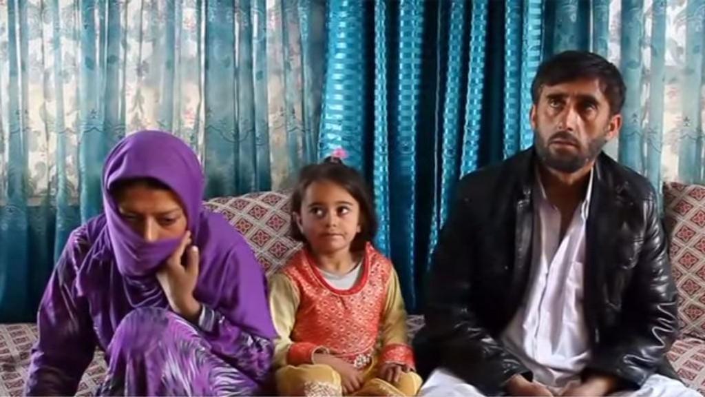 EKTESKAP: Gulnaz med ektemann Asadullah og datteren Smile. For fire år siden fortalte hun CNN at hun ble voldtatt av mannen. Siden har hun giftet seg med han, for å sikre datterens fremtid - og sier nå det ikke var en voldtekt.