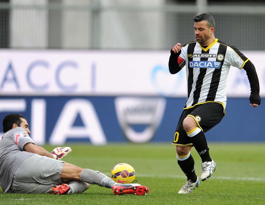 Antonio Di Natale må vise vei for Udinese i hjemmemøtet mot Palermo søndag. AFP PHOTO / SIMONE FERRARO
