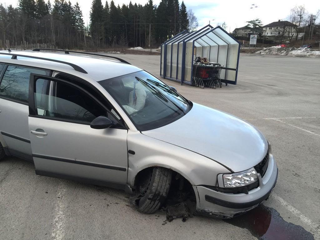 Bilen fikk så store skader at den ikke var kjørbar etter sammenstøtet med blomsterkassa.