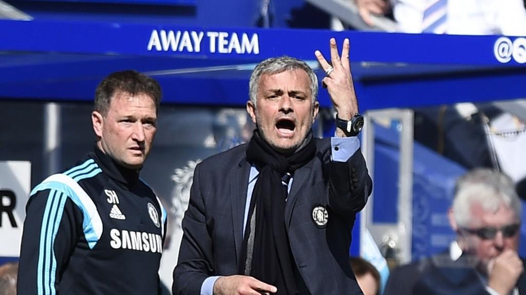 DIPLOMATISK: Jose Mourinho lot seg ikke hisse opp av lighteren som ble kastet på Branislav Ivanovic.