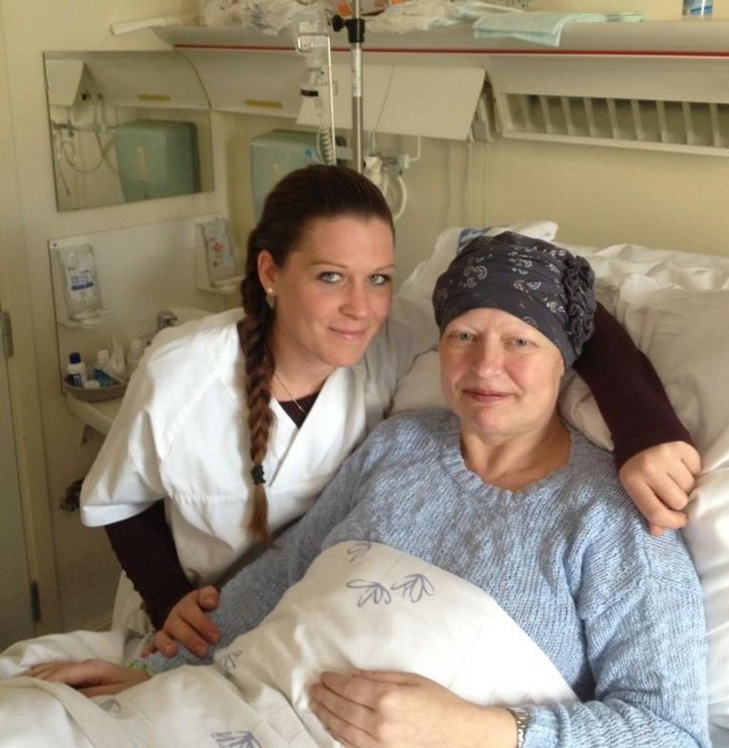 Legene trodde først Janne Kristine Bråthenvar gravid. Det viste seg at hun hadde en svært sjelden krefttype. Her sammen med sykepleier Veronica Feilum på Radiumhospitalet.