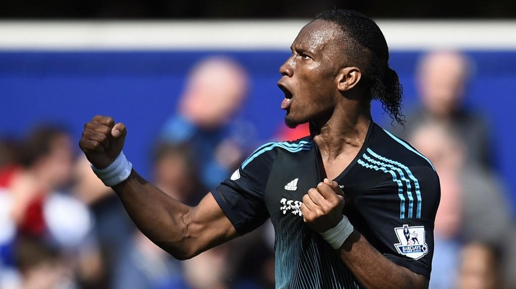 FORTSETTER: Didier Drogba legger ikke fotballskoene på hyllen ennå. Her feiret han etter Chelseas seier over QPR i helgen.