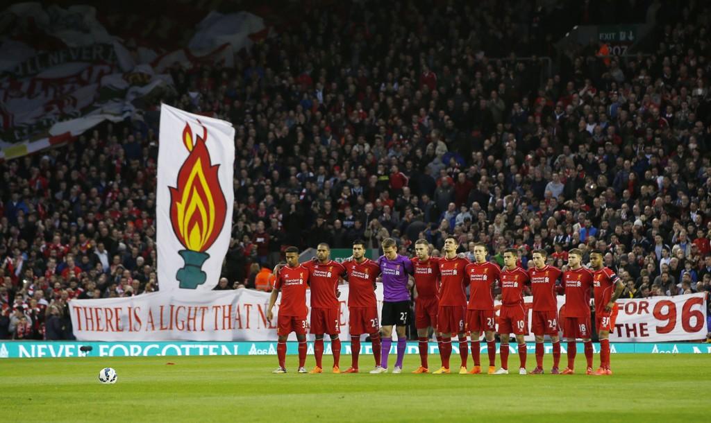 GLEMMER ALDRI: Liverpool Football Club glemmer aldri tragedien på Hillsborough for 26 år siden. Her minner spillerne de 96 ofrene før kampen mot Newcastle mandag.