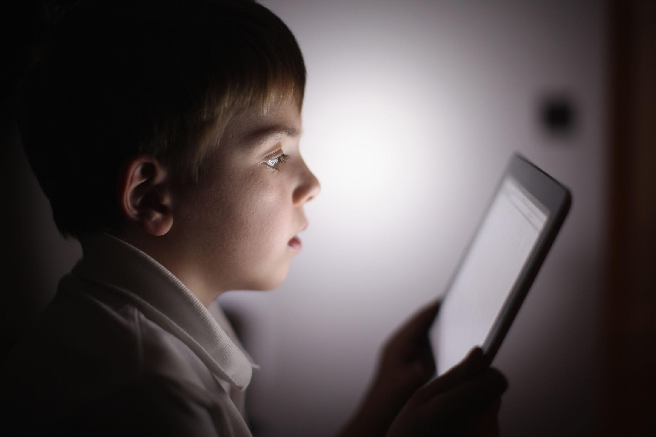 Nettbrett har blitt det mange foreldre anser som en avhengighet for barna. Professor advarer derimot mot å begrense bruken.