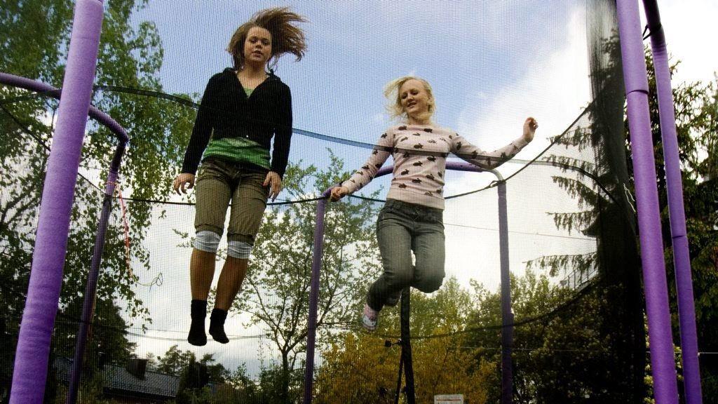 PÅBUDT: Det blir nå påbudt å ha sikkerhetsnett rundt trampolinen.