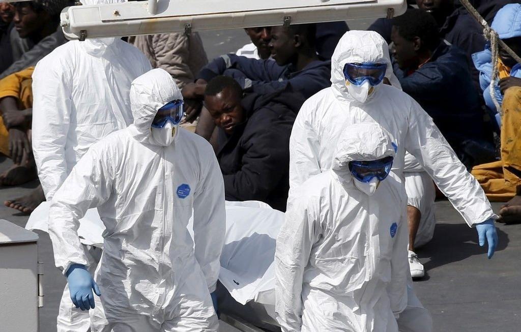 BARE 24 FUNNET: 800 båtflyktninger omkom i helgens forlis utenfor kysten av Libya, men bare 24 av de omkomne er hittil funnet.