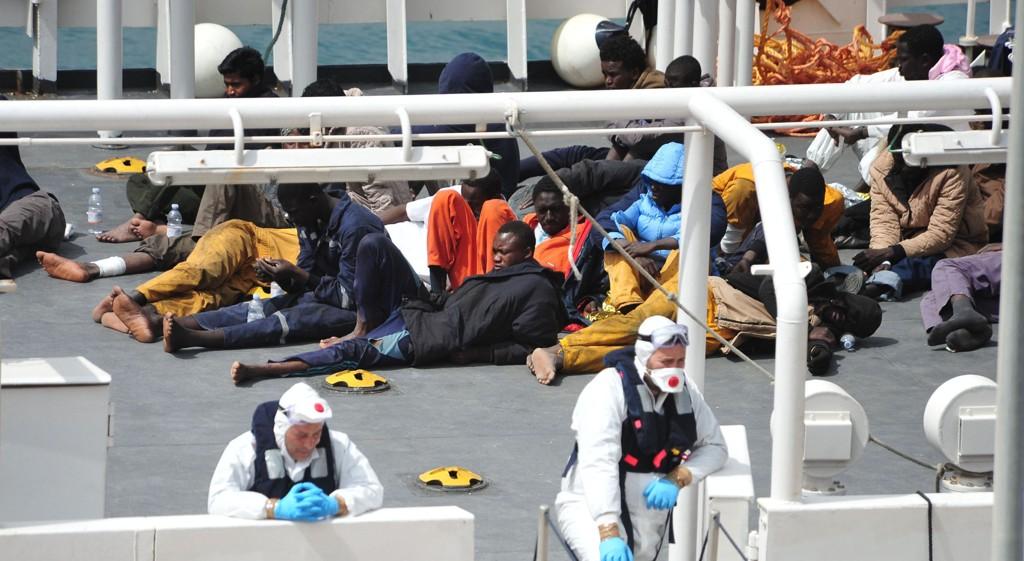 ANSLÅR 800 OMKOMNE: Overlevende fra smuglerbåten som forliste utenfor kysten av Libya i helgen på vei inn til havn i Italia på et av kystvaktens fartøy mandag. Helgens tragedie tegner til å bli den verste som noensinne har rammet flyktningetrafikken over Middelhavet. FN anslår 800 omkomne.