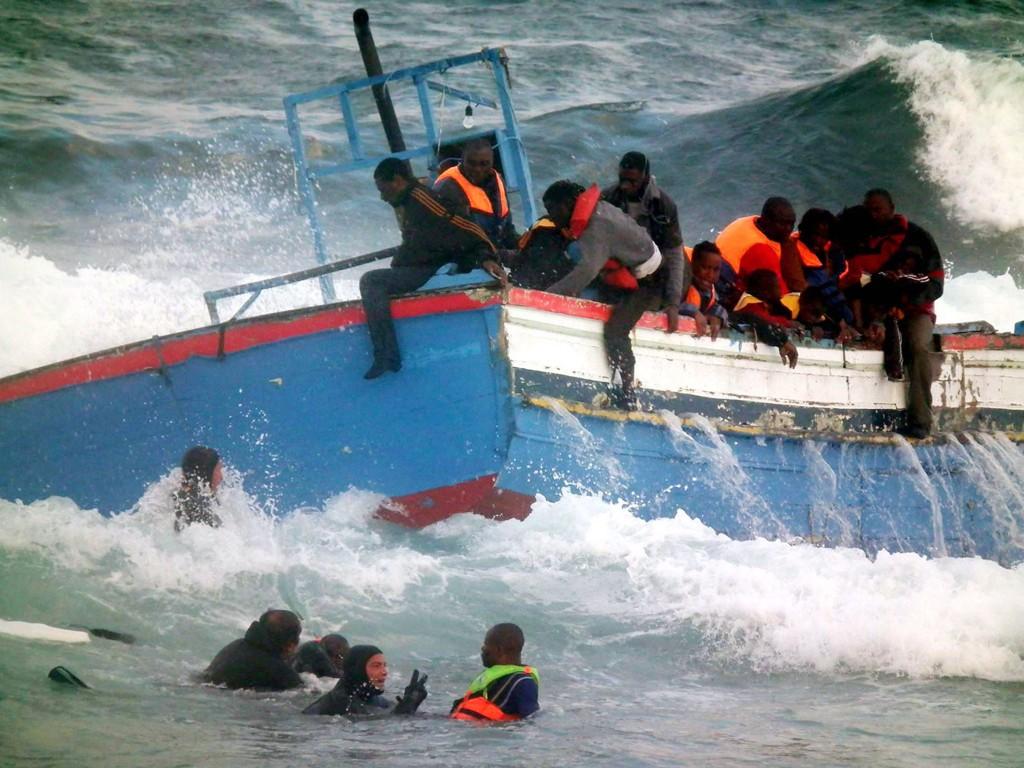 HJELP: Flyktninger reddes av kystvakten i det båten deres holder på å gå under. Akivfoto 2011.
