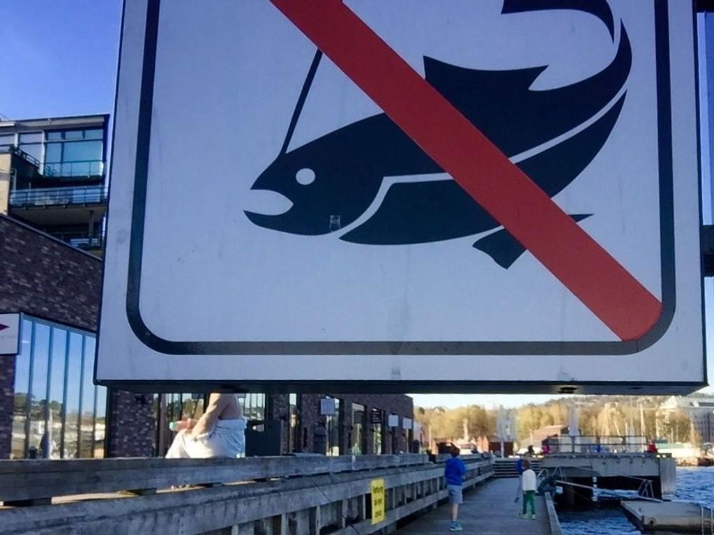 Dette skiltet er satt opp av sameiene på rikmannsboligkomplekset Lysaker Brygge i Bærum.