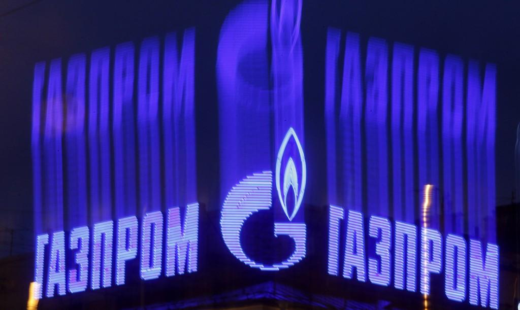 Her lyser Gazprom-logoen i en reklameinstallasjon i St. Petersburg.