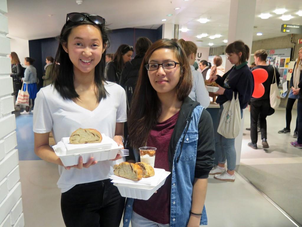 SULTNE STUDENTER: Venninnene Tran Nguyen (t.v.) og Therese Tran har kjøpt seg hvert sitt måltid laget av ingredienser som er nær best før-datoen.