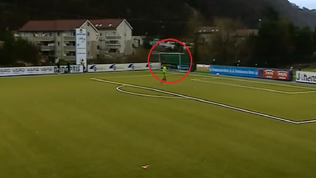 MÅLET ER VEKK: Her blåser målet til Molde bort i løpet av første omgang. (Skjermdump med tillatelse fra NRK)