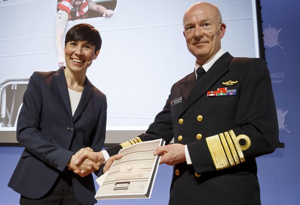 7. april overrakte forsvarssjef Haakon Bruun-Hanssen «Forsvarets årsrapport 2014» til forsvarsminister Ine Marie Eriksen Søreide.