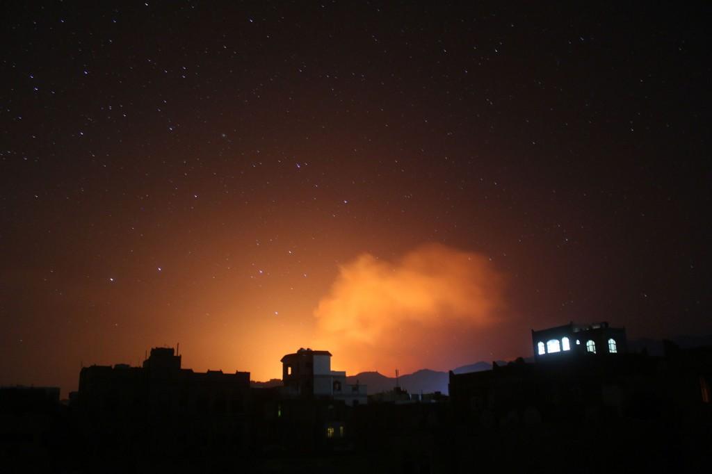 LUFTANGREP: Flammer stiger opp etter et luftangrep mot mål ved Sana 30. mars. Torsdag meldes det om nye saudiarabiske angrep mot mål i Jemen, til tross for at koalisjonen som har bombet Houthi-militsen har erklært at luftkrigen i prinsippet er over.