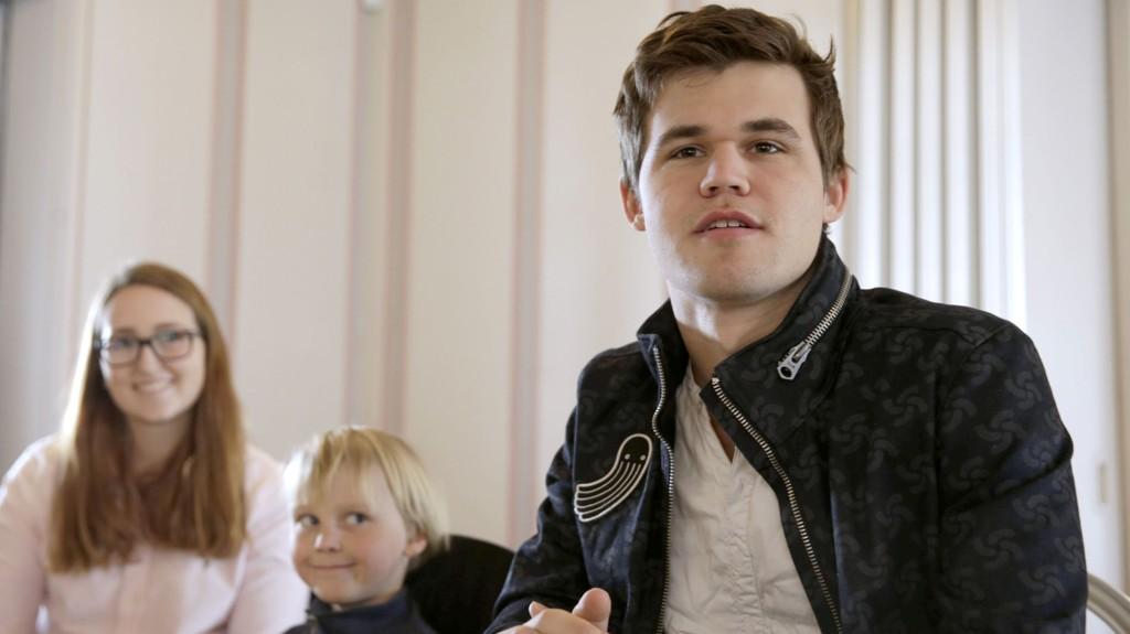 Verdensmester Magnus Carlsen da han delte ut sjakkbrett til barn og unge fra barnehager og grunnskoler i Bærum i forrige måned.