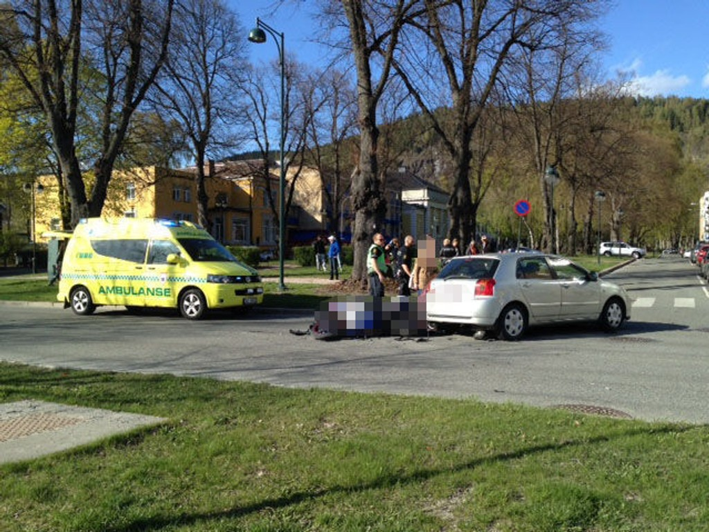 ULYKKESSTED: Bilen og motorsykkelen kolliderte i krysset mellom Øvre Strandgate – Gamle Kirkeplass i Drammen sentrum.