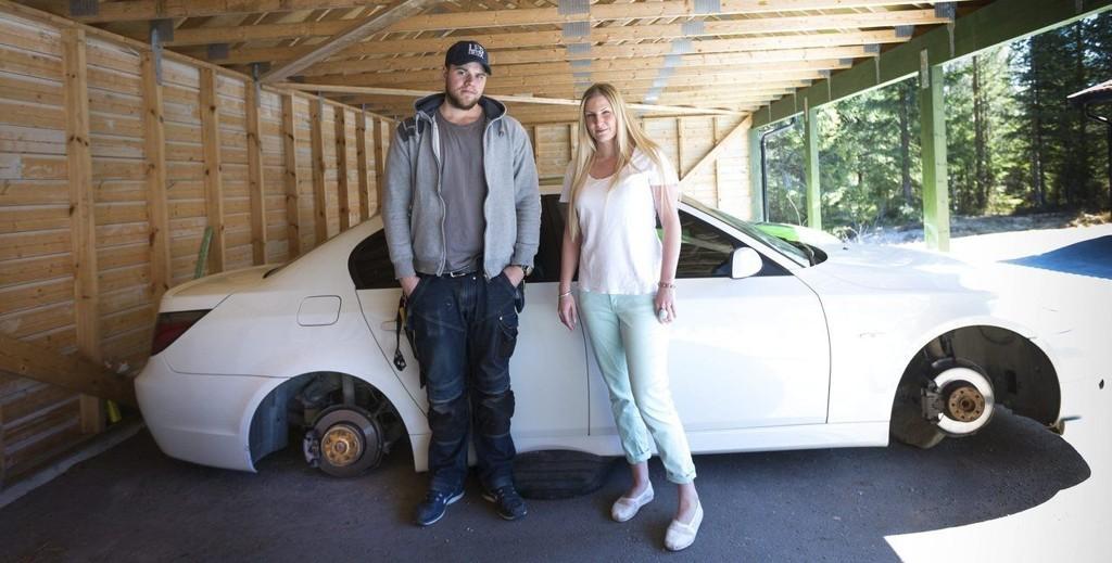 ROBBET: Dette synet møtte Joachim Kjærstad og samboeren Vibeke Grunnreis torsdag morgen. Hans BMW var robbet for felger og dekk, her den sto i carporten på Jessheim.