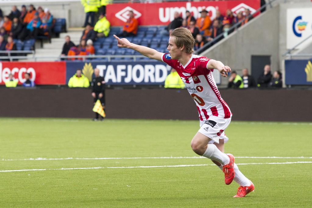 UNGT TALENT: 18 år gamle Mikael Ingebrigtsen jubler over mål i sin første eliteseriekamp fra start for Tromsø.