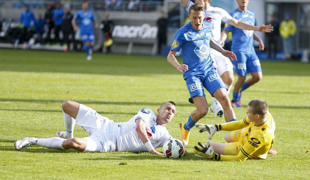CLEAN SHEET: Haugesunds keeper Per Kristian Bråtveit holdt unna for Mattias Moström (i blått) og de andre Molde-spillerne på søndag.
