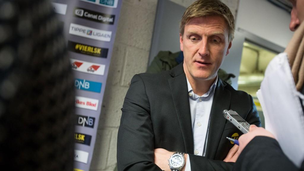SLAG I ANSIKTET: Lillestrøm-trener Runar Kristinsson skjønte ingenting av hva han så mot slutten av første omgang.
