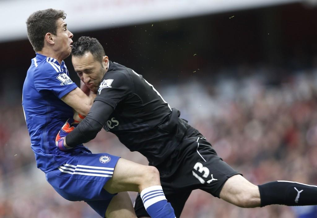 KOLLIDERTE: Chelseas Oscar kolliderte med Arsenal-keeper David Ospina under søndagens kamp mellom de to lagene. Oscar ble sendt til sykehus etter kollisjonen.