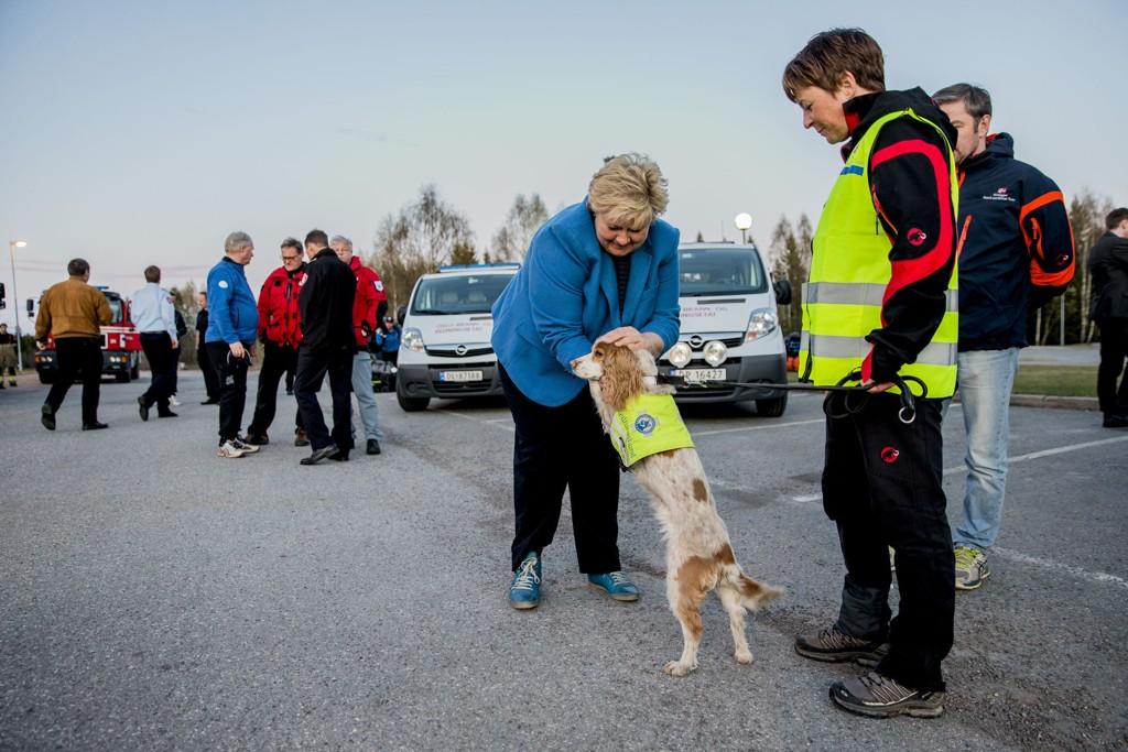 Statsminister Erna Solberg møtte redningshunden Mir og hundefører Kristin Wear Prestrud i det norske NORSAR-teamet som skal til Nepal i kveld.