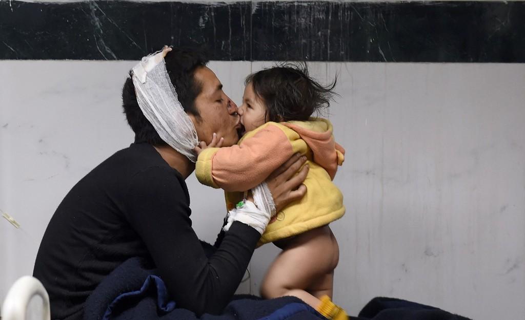 REDDET: Suresh Pariharleker med sin åtte måneder gamle dater Sandhaya, etter at han har blitt behandlet for skader på et sykehus i Kathmandu.