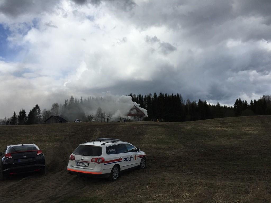 BRANN: En person skal være savnet etter en brann i en enebolig mandag. Foto: Birgit Skogstad (Smaalenenes Avis)