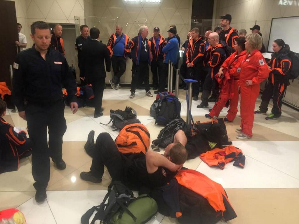 Teamet fra NORSAR (Norwegian Search and Rescue) sitter mandag kveld i Baku i påvente av å kunne reise videre til Nepal for å hjelpe til etter jordskjelvet. 40 personer og seks spesialtrente ruinhunder er ombord i flyet. Foto: NORSAR / NTB scanpix