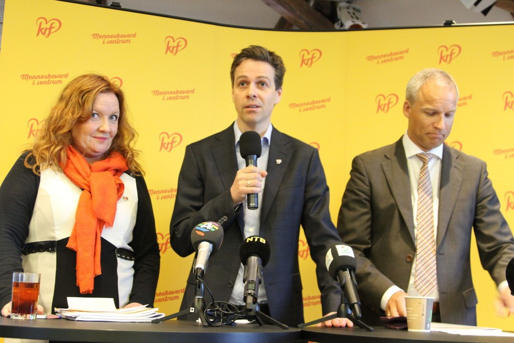 KrF-leder Knut Arild Hareide, nestleder Dagrun Eriksen og parlamentarisk leder Hans Olav Syvertse kan være på kollisjonskurs med partiets 17 ordførere i flyktningesaken.