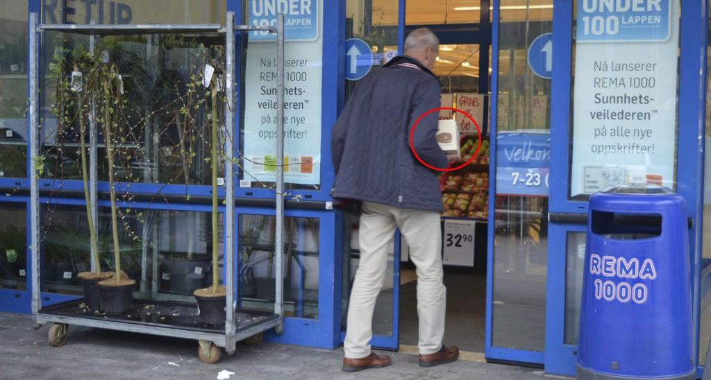 REMA 1000: Rolf Rune Forsberg på vei inn i butikken på Heimdal med en pakke sjokolade. Fra torsdag er varene å finne i Rema-hyllene i Sandefjord. Foto: Jan Roaldset