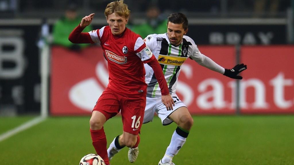 Freiburgs Mats Møller Dæhli er for tiden ute med en kneskade og må se kveldens viktige seriekamp mot Hamburg fra sidelinjen.