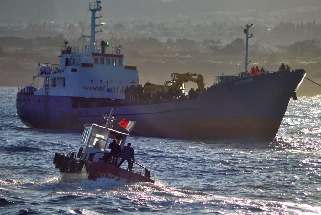 Tyrkisk-kypriotisk redningsmannskap seiler mot en fiskebåt stappfull av syriske flyktninger på Middelhavet utenfor Nord-Kypros i forbindelse med en redningsaksjon i november i fjor.