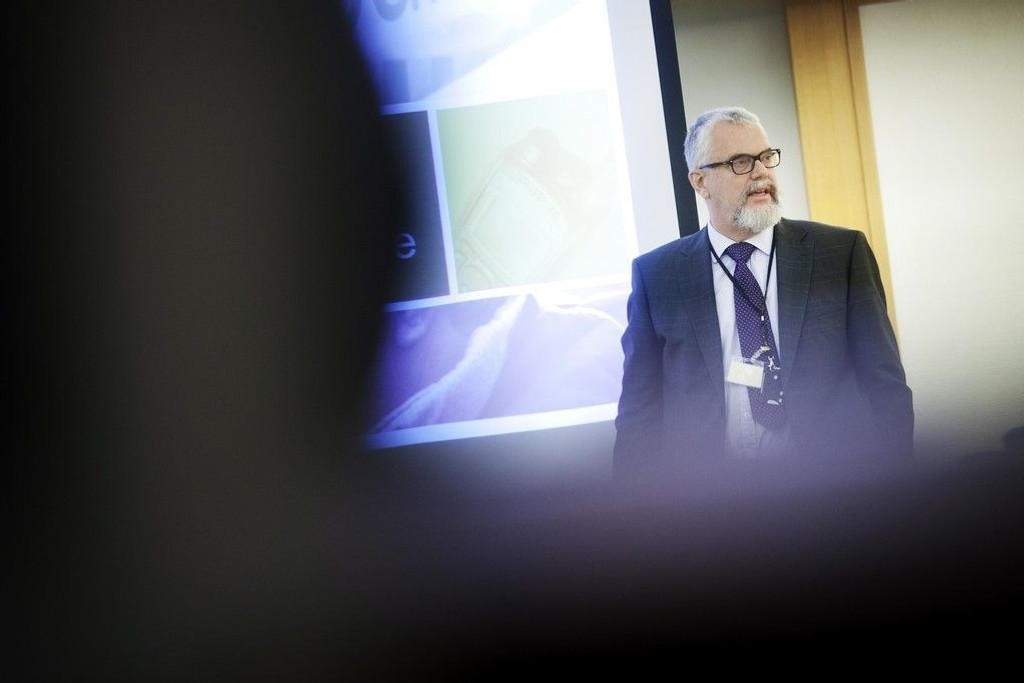 Direktoratet for nødkommunikasjon (DNK) må bruke nettene til kommersielle tilbydere – som Netcom og Telenor – til datatrafikk. På bildet DNKs direktør Tor Helge Lyngstøl holdt innlegg.