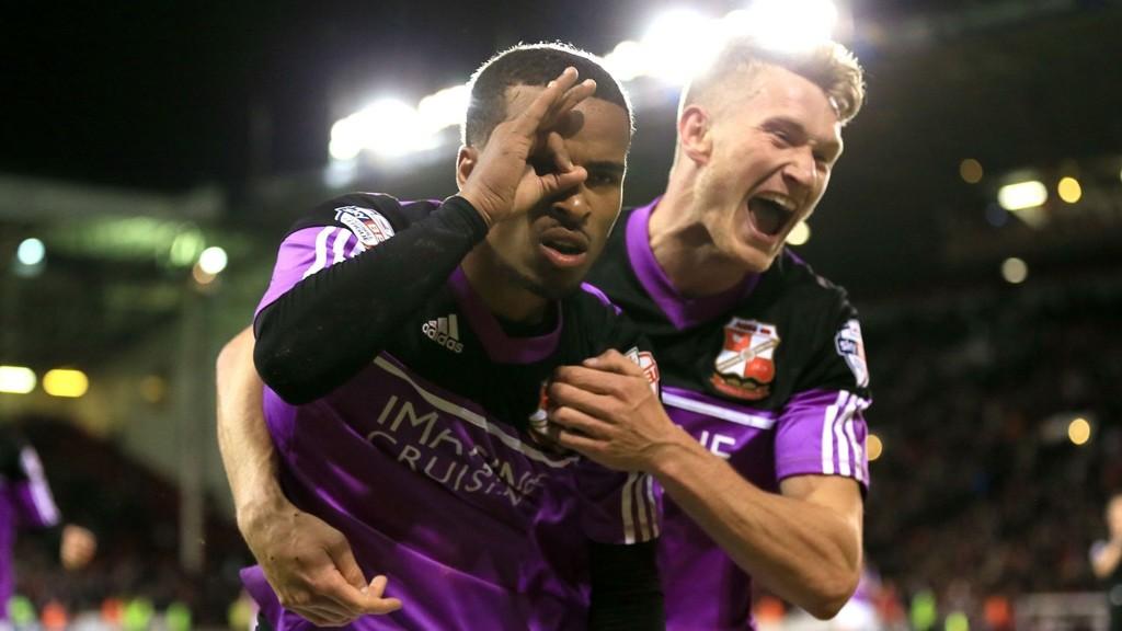 Nathan Byrne skaffet Swindon en flott start på playoff-duellen mot Sheffield United med sin sene scoring i 2-1-seieren på bortebane.