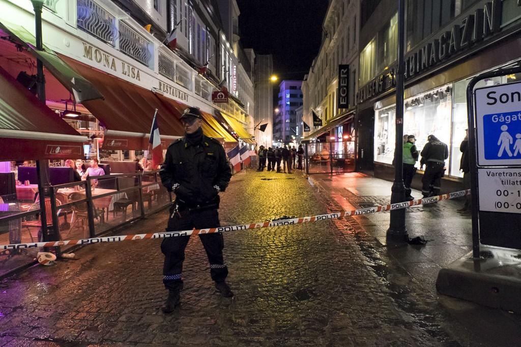 SKUDD: Store politistyrker rykket ut etter at det ble avfyrt skudd på et utested i Grensen i Oslo sentrum natt til søndag.