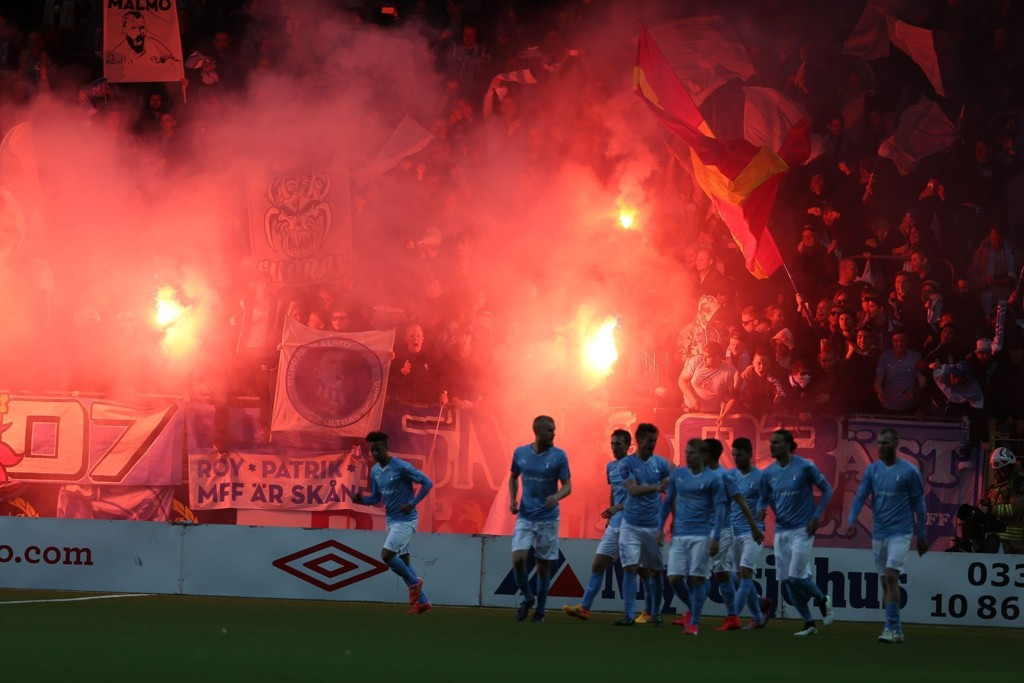 KAOS: Malmö-supporterne feiret Magnus Wolff Eikrems andre scoring med å tenne bengalske lys.