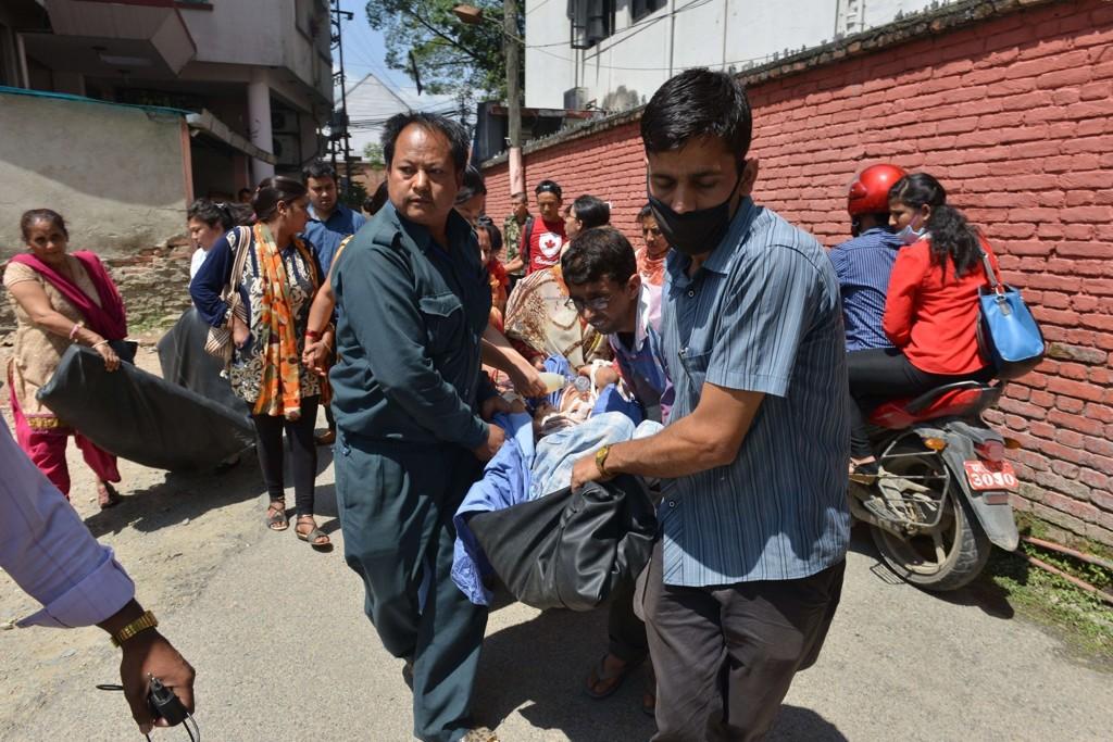 Pasienter fraktes ut av et sykehus i Katmandu, etter byen ble rammet av et et nytt skjelv på 7,4 kl. 12.35 lokal tid i dag.