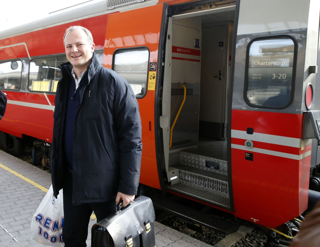Samferdselsminister Ketil Solvik-Olsen (Frp) vil gjøre det enklere å sjekke rutetider og kjøpe billetter via mobil til tog, buss og båtruter landet rundt.