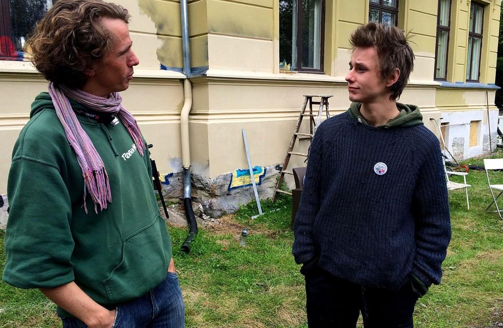 """Bjørn (t.v.) og """"Niklas"""" er to av de mellom 10 og 20 husokkupantene som har tatt bolig i den gamle villaen. Nå ber de kommunen om dialog."""