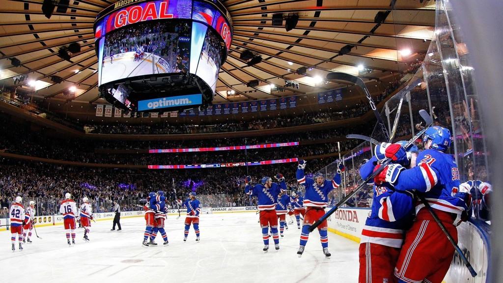 AVGJORDE: Derek Stepan (ytterst til høyre) ble den store helten for New York Rangers med sin scoring i overtid i den sjuende kampen mot Washington Capitals. Nå er Rangers klar for semifinale i Stanley Cup.