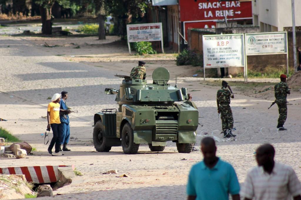 Soldater og lokale innbyggere i Burundis hovedstad Bujumbura onsdag etter at en av landets generaler hevdet at presidenten var avsatt.