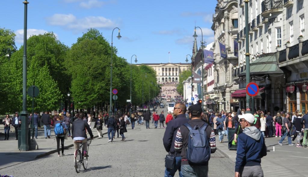 «JA, VI ELSKER ... GODVÆR»: Det yrer av liv på Oslos paradegate Himmelspretten. Akkurat slik vi ønsker for nasjonaldagen ....