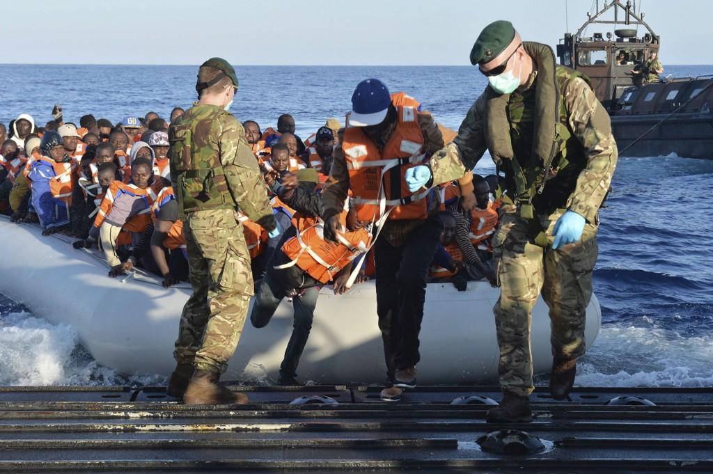 Flere land yter eller har lovet støtte til redningsarbeidet i forbindelse med strømmen av båtflyktninger over Middelhavet. Her er det britiske soldater som hjelper flyktninger som er reddet.
