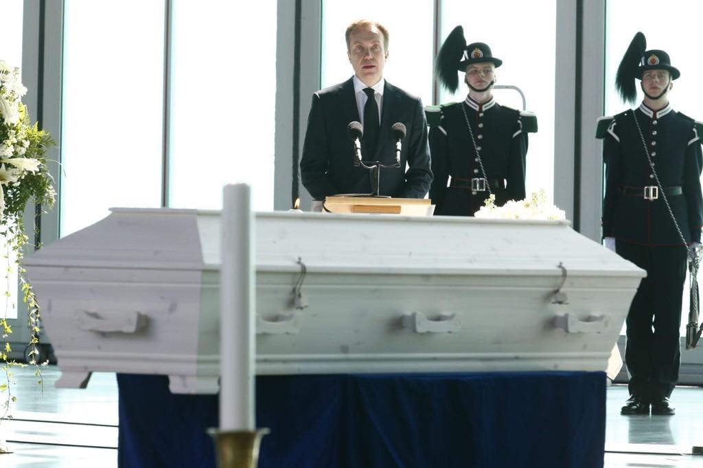 Båren til ambassadør Leif Holger Larsen ble torsdag formelt overgitt av utenriksminister Børge Brende til familien under en høytidig seremoni på Gardermoen militære flystasjon.