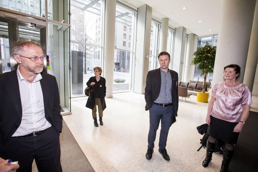 ÅRETS OPPGJØR: Representanter for Norges Bondelag og Norsk Bonde- og Småbrukarlag kom fredag 8. mai til Landbruksdepartementet for å varsle om de vil gå i forhandlinger med staten om årets jordbruksoppgjør. På bildet Bondelagets leder Lars Petter Bartnes (i midten), leder for Norsk Bonde- og Småbrukarlag Merete Furuberg (t.h) og Leif Forsell (t.v), som er statens forhandlingsleder.