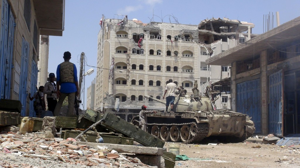 En stridsvogn i den jemenittiske havnebyen Aden lørdag. Foto: Reuters / NTB scanpix