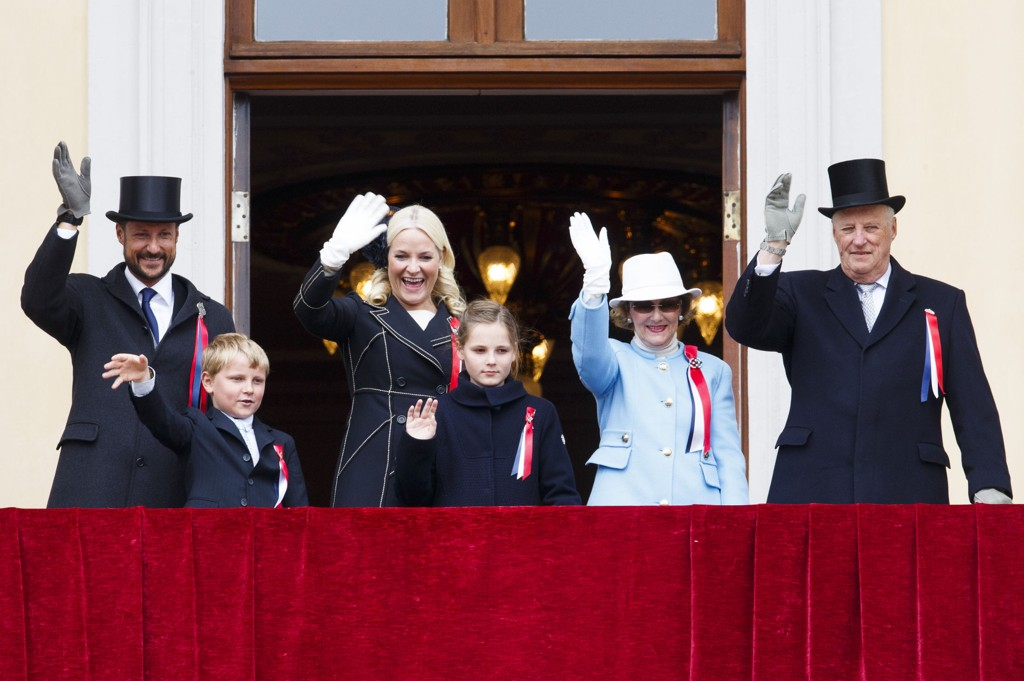 Kong Harald, dronning Sonja, kronprinsesse Mette-Marit, kronprins Haakon, prinsesse Ingrid Alexandra og prins Sverre Magnus på slottsbalkongen for å vinke til barnetoget 17. mai-toget. Foto: Heiko Junge / NTB scanpix