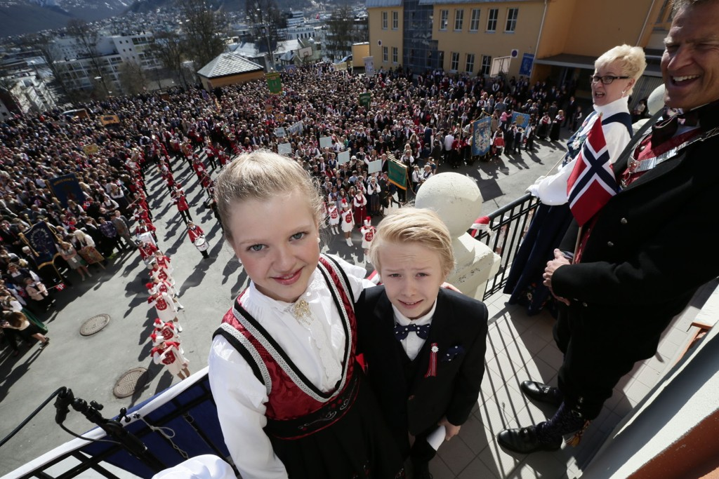 BEST VÆR: I Nord-Norge er det best vær på nasjonaldagen. På Tromsøya holdt Nora Sofie Breivik og Trygve Kronstad Sundstrøm tale i finværet foran en stappfull skolegård ved Kongsbakken - til applaus fra ordfører Jens Johan Hjort (til høyre). Foto: Torgrim Rath Olsen/Nordlys